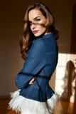 Η όμορφη νέα προκλητική γυναίκα με τη μακριά ξανθή τρίχα με τη φυσική σύνθεση που φορά το περιστασιακό φθινόπωρο ντύνει το σακάκι Στοκ Εικόνες