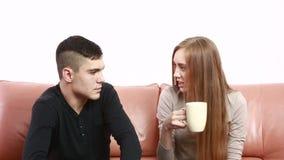 Η όμορφη νέα συνεδρίαση σύγκρουσης ζευγών σε έναν καναπέ υποστηρίζει δυστυχισμένο απόθεμα βίντεο