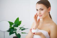 Η όμορφη νέα χαμογελώντας γυναίκα με το καθαρό φρέσκο δέρμα κοιτάζει μακριά γ στοκ φωτογραφία με δικαίωμα ελεύθερης χρήσης