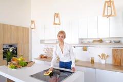 Η όμορφη νοικοκυρά ακολουθεί επιμελώς τη διαταγή και σκουπίζει την επιφάνεια, Στοκ φωτογραφίες με δικαίωμα ελεύθερης χρήσης