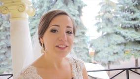 Η όμορφη νύφη δίνει τις συνεντεύξεις φιλμ μικρού μήκους