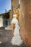 Η όμορφη νύφη σε ένα γαμήλιο φόρεμα σε Santorini στην Ελλάδα. Στοκ Εικόνες