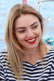 Η όμορφη ξανθή γυναίκα γελά και έχοντας τη διασκέδαση στις διακοπές, γδυμένος τ-απότομα Καλοκαίρι στοκ φωτογραφία με δικαίωμα ελεύθερης χρήσης
