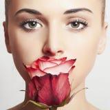 Η όμορφη ξανθή γυναίκα με flower.girl και αυξήθηκε Στοκ εικόνα με δικαίωμα ελεύθερης χρήσης