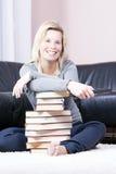 Η όμορφη ξανθή γυναίκα στο βιβλίο είναι βασισμένη στο απομακρυσμένο contro Στοκ φωτογραφία με δικαίωμα ελεύθερης χρήσης