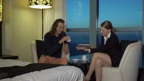 Η όμορφη ξανθή νέα επιχειρησιακή γυναίκα συναντιέται με το συνεργάτη, εραστής στο σπίτι, γραφείο, ξενοδοχείο Το ζεύγος χαλαρώνει, απόθεμα βίντεο