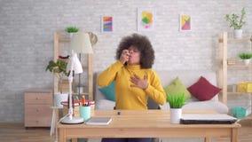 Η όμορφη ξαφνική ασθματική επίθεση afro αφροαμερικάνων hairstyle είναι η χρήση του ψεκασμού απόθεμα βίντεο