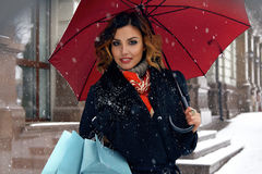 Η όμορφη οδός χιονιού γυναικών αγοράζει παρουσιάζει το νέο έτος Χριστουγέννων Στοκ Εικόνες