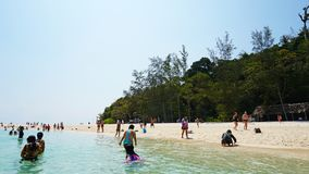 Η όμορφη παραλία, καθαρίζει το νερό και την άσπρη άμμο Οι άνθρωποι χαλαρώνουν στην παραλία Νησί παραδείσου στοκ εικόνες