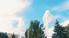 Η όμορφη πηγή αναβλύζει κινηματογράφηση σε πρώτο πλάνο στο υπόβαθρο ουρανού και δέντρων στο πάρκο απόθεμα βίντεο