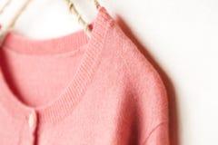 Η όμορφη, πολυτελής, πλεκτή ζακέτα στο ροζ, φθινόπωρο, χειμώνας, θερμαίνει στοκ εικόνα