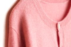 Η όμορφη, πολυτελής, πλεκτή ζακέτα στο ροζ, φθινόπωρο, χειμώνας, θερμαίνει στοκ φωτογραφία
