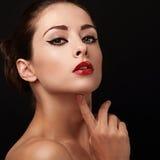 Η όμορφη προκλητική γυναίκα αποτελεί με τα κόκκινα χείλια Στοκ Φωτογραφίες