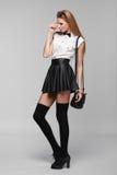 Η όμορφη προκλητική γυναίκα είναι στο ύφος μόδας στη μαύρη μίνι φούστα διαμορφώστε το κορίτσι στοκ φωτογραφία