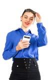 Η όμορφη προκλητική γυναίκα σε ένα επιχειρησιακό κοστούμι στέκεται δίπλα σε μια βαλίτσα και την ομιλία στο τηλέφωνο Στοκ φωτογραφία με δικαίωμα ελεύθερης χρήσης