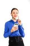 Η όμορφη προκλητική γυναίκα σε ένα επιχειρησιακό κοστούμι στέκεται δίπλα σε μια βαλίτσα και την ομιλία στο τηλέφωνο Στοκ φωτογραφίες με δικαίωμα ελεύθερης χρήσης