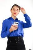 Η όμορφη προκλητική γυναίκα σε ένα επιχειρησιακό κοστούμι στέκεται δίπλα σε μια βαλίτσα και την ομιλία στο τηλέφωνο Στοκ εικόνα με δικαίωμα ελεύθερης χρήσης