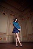 Η όμορφη προκλητική γυναίκα στην κομψή συλλογή φθινοπώρου φορεμάτων μοντέρνη της μακριάς τρίχας brunette άνοιξης makeup μαύρισε τ Στοκ Εικόνα