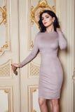 Η όμορφη προκλητική γυναίκα στην κομψή συλλογή φθινοπώρου φορεμάτων μοντέρνη της μακριάς τρίχας brunette άνοιξης makeup μαύρισε τ Στοκ Φωτογραφίες