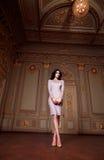 Η όμορφη προκλητική γυναίκα στην κομψή συλλογή φθινοπώρου φορεμάτων μοντέρνη της μακριάς τρίχας brunette άνοιξης makeup μαύρισε τ Στοκ Φωτογραφία