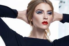 Η όμορφη προκλητική γυναικών brunette τρίχας μόδας πρότυπη γοητεία συλλογής ένδυσης μοντέρνη περιστασιακή θέτει το στούντιο Στοκ Φωτογραφία