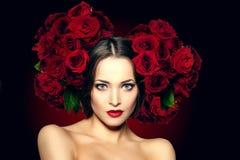 Η όμορφη πρότυπη γυναίκα αυξήθηκε λουλούδι στο σαλόνι makeup Υ ομορφιάς τρίχας Στοκ φωτογραφία με δικαίωμα ελεύθερης χρήσης