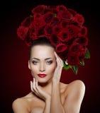 Η όμορφη πρότυπη γυναίκα αυξήθηκε λουλούδι στο σαλόνι makeup Yo ομορφιάς τρίχας Στοκ Εικόνες