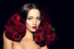 Η όμορφη πρότυπη γυναίκα αυξήθηκε λουλούδι στο σαλόνι makeup Yo ομορφιάς τρίχας Στοκ Φωτογραφία