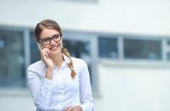 η όμορφη πόλη κυττάρων κλήσης επιχειρηματιών κάνει κινητό υπαίθριο πέρα από το τηλέφωνο Στοκ Εικόνες
