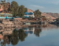 Η όμορφη σκηνή για τον ποταμό του Νείλου και οι βάρκες από Luxor και Aswan περιοδεύουν στην Αίγυπτο στοκ εικόνα