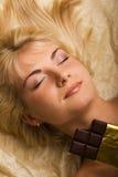η όμορφη σοκολάτα τρώει το στοκ εικόνες