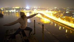 Η όμορφη στάση γυναικών στη γιόγκα θέτει πάνω από τη γέφυρα, εθισμός αδρεναλίνης απόθεμα βίντεο