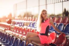 Η όμορφη στήριξη γυναικών αθλητών ικανότητας μετά από επιλύει την άσκηση στο θερινό βράδυ παραλιών στην ηλιόλουστη ηλιοφάνεια υπα Στοκ Φωτογραφίες