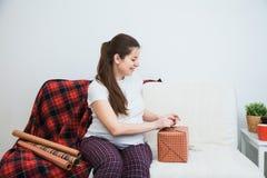 Η όμορφη συσκευασία εγκύων γυναικών παρουσιάζει για τα Χριστούγεννα, τύλιγμα δώρων Στοκ εικόνα με δικαίωμα ελεύθερης χρήσης