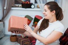 Η όμορφη συσκευασία εγκύων γυναικών παρουσιάζει για τα Χριστούγεννα, τύλιγμα δώρων Στοκ Εικόνα