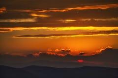 η όμορφη υβριδική απεικόνιση πουλιών που αφήνεται τα βουνά πέρα από τη φωτογραφία μερών πετά στα ύψη ηλιοβασίλεμα Στοκ Εικόνα
