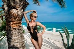 Η όμορφη φαινομενική ζαλίζοντας κομψή προκλητική ξανθή πρότυπη γυναίκα πολυτέλειας με το τέλειο σώμα που φορά έναν eyewear, γυαλι Στοκ Εικόνες