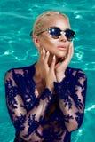 Η όμορφη φαινομενική ζαλίζοντας κομψή προκλητική ξανθή πρότυπη γυναίκα πολυτέλειας με την τέλεια φθορά προσώπου γυαλιά ηλίου στέκ Στοκ φωτογραφία με δικαίωμα ελεύθερης χρήσης