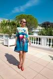Η όμορφη φαινομενική ζαλίζοντας κομψή προκλητική ξανθή πρότυπη γυναίκα πολυτέλειας που φορά ένα φόρεμα και υψηλά τακούνια και γυα Στοκ φωτογραφίες με δικαίωμα ελεύθερης χρήσης