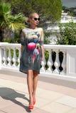 Η όμορφη φαινομενική ζαλίζοντας κομψή προκλητική ξανθή πρότυπη γυναίκα πολυτέλειας που φορά ένα φόρεμα και υψηλά τακούνια και γυα Στοκ φωτογραφία με δικαίωμα ελεύθερης χρήσης