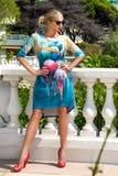 Η όμορφη φαινομενική ζαλίζοντας κομψή προκλητική ξανθή πρότυπη γυναίκα πολυτέλειας που φορά ένα φόρεμα και υψηλά τακούνια και γυα Στοκ εικόνες με δικαίωμα ελεύθερης χρήσης