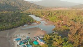 Η όμορφη φύση της κατάστασης Goa κοντά στην παραλία Palole στο ηλιοβασίλεμα και τα αλιευτικά σκάφη r Άποψη κηφήνων απόθεμα βίντεο