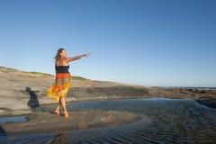 Η όμορφη ώριμη γυναίκα σε ευτυχή θέτει Στοκ Φωτογραφίες
