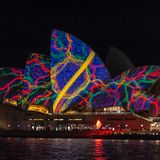 Η Όπερα άναψε επάνω τη νύχτα με το όμορφο σχέδιο στο ζωηρό ελαφρύ φεστι στοκ φωτογραφία με δικαίωμα ελεύθερης χρήσης