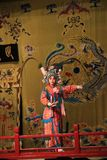 Η όπερα του Πεκίνου, στο στάδιο ένας θηλυκός πολεμιστής χορεύει σε ένα φωτεινό παραδοσιακό κοστούμι Στοκ Εικόνα