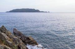 Η όψη θάλασσας βράδυ Νησί στον ορίζοντα αδρεναλίνης στοκ εικόνες με δικαίωμα ελεύθερης χρήσης