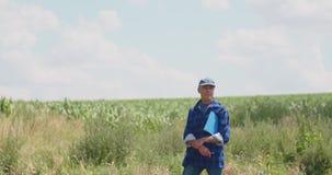 Η ώριμη αρσενική Farmer που γράφει στην περιοχή αποκομμάτων στο αγρόκτημα Σύγχρονη γεωργία φιλμ μικρού μήκους