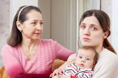 Η ώριμη γυναίκα ανακουφίζει τη λυπημένη ενήλικη κόρη Στοκ Εικόνες