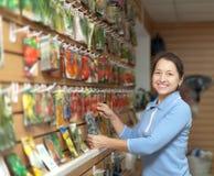 Η ώριμη γυναίκα επιλέγει τους συσκευασμένους σπόρους Στοκ φωτογραφία με δικαίωμα ελεύθερης χρήσης