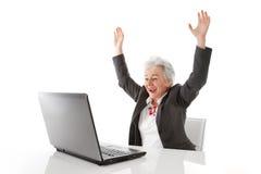 Η ώριμη γυναίκα με το lap-top είναι ευτυχής - απομονωμένος στο λευκό στοκ φωτογραφία με δικαίωμα ελεύθερης χρήσης